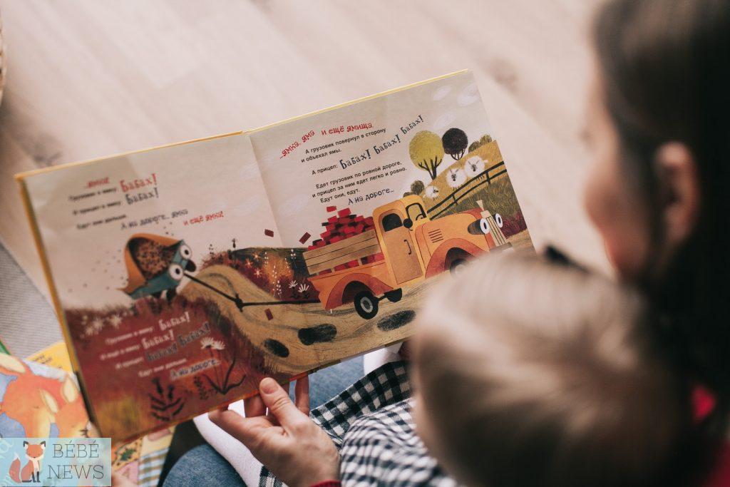 Une mère et son enfant lisent un livre pour enfant sur le thème de la ferme